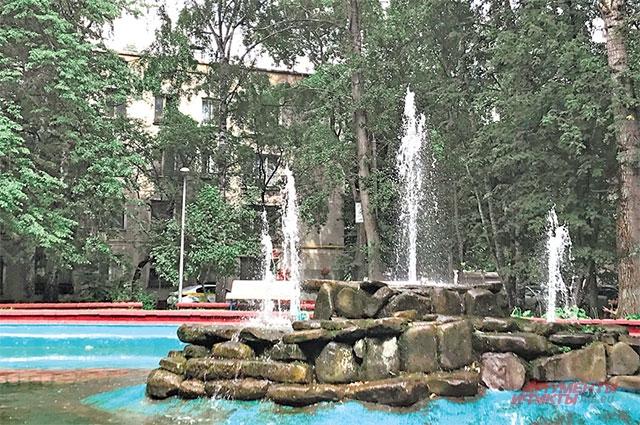 Плескательный бассейн находится рядом с первой хрущёвкой.