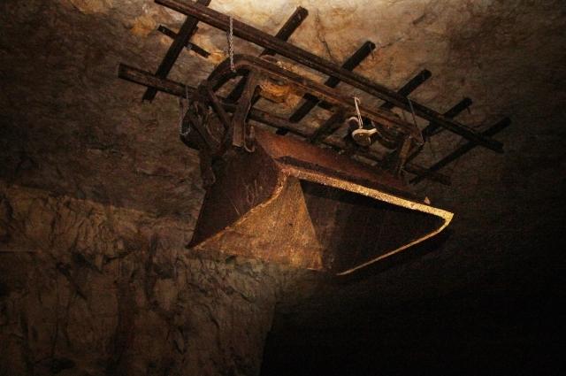 Самарские спелеологи прикрепили вагонетку прямо к потолку.