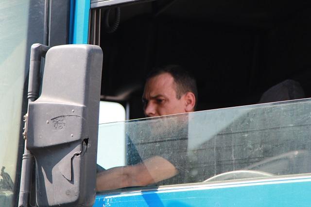 Зеркало Денис повредил, зацепившись на узкой дороге с другим большегрузом.