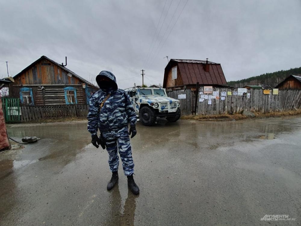 На фотографии дом с синими окнами, в котором были ликвидированы террористы