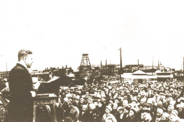 Рабочие омского завода на митинге, посвящённом началу войны. 23 июня 1941 г.