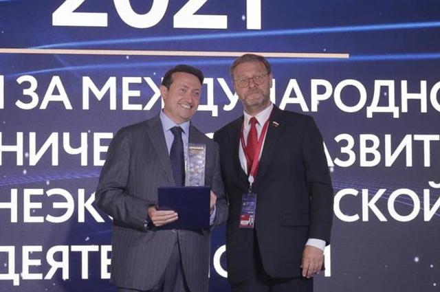 Константин Косачев вручает награду Винченцо Трани.