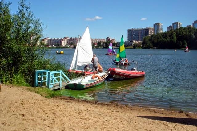 Спасательная станция на озере.