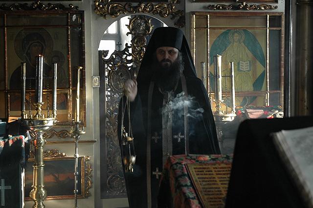 Игумен Силуан на службе в храме