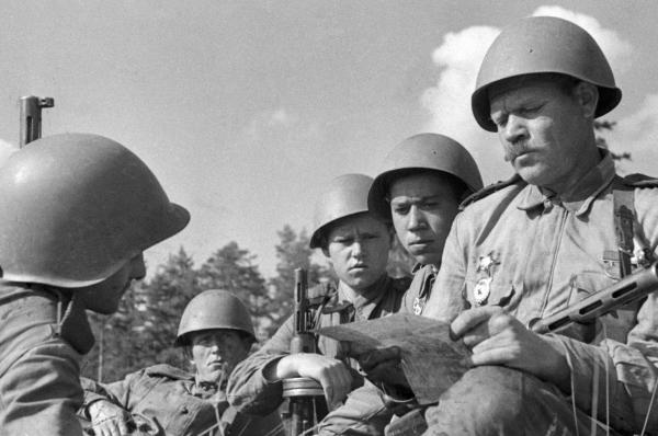 Боец Ленинградского фронта читает письмо из дома
