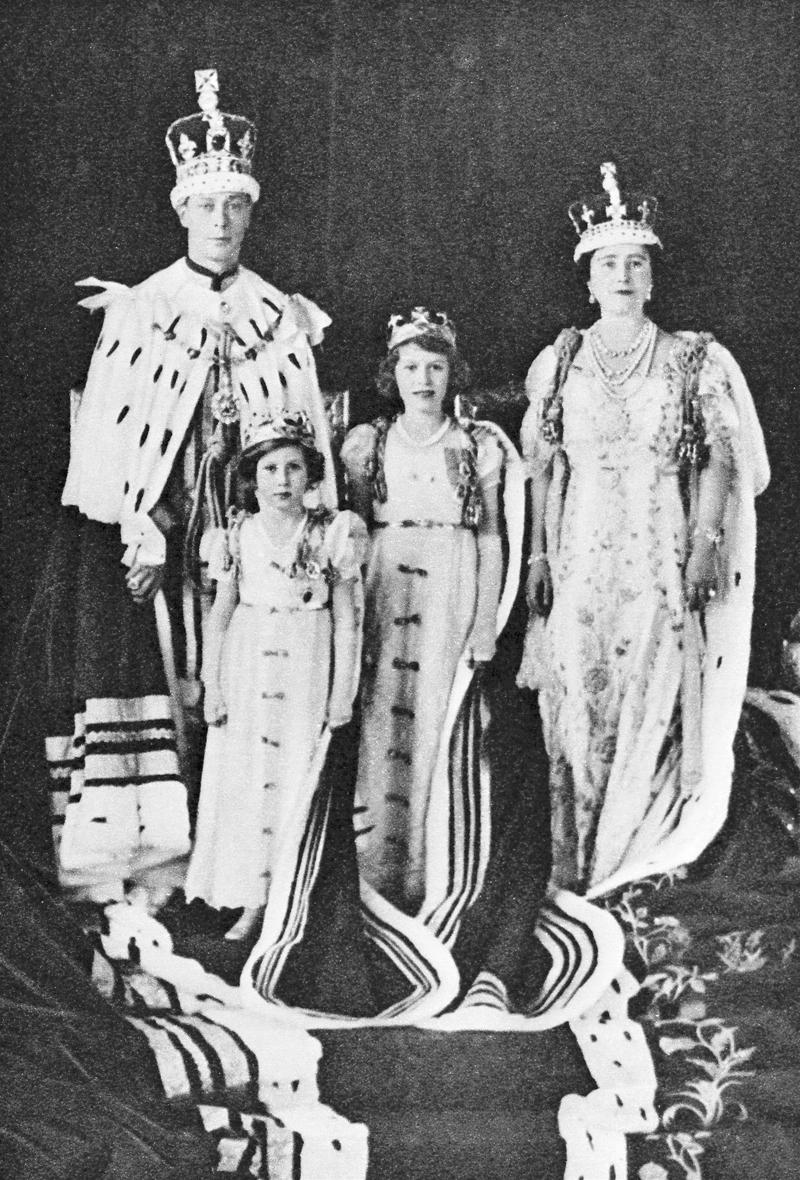 Король Георг VI и королева Елизавета в день коронации с принцессой Елизаветой и принцессой Маргарет. 1937