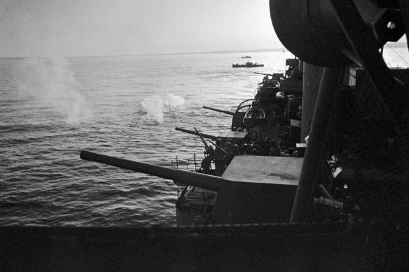 Корабли Черноморского флота обороняют Одессу