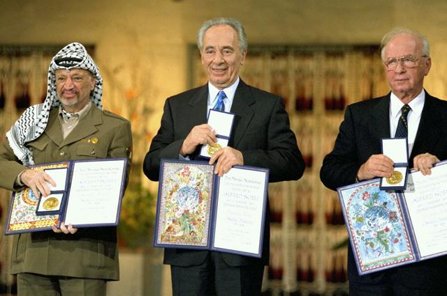 Ицхак Рабин, Шимон Перес и Ясир Арафат получили Нобелевскую премию мира после соглашения в Осло. 1994 год.