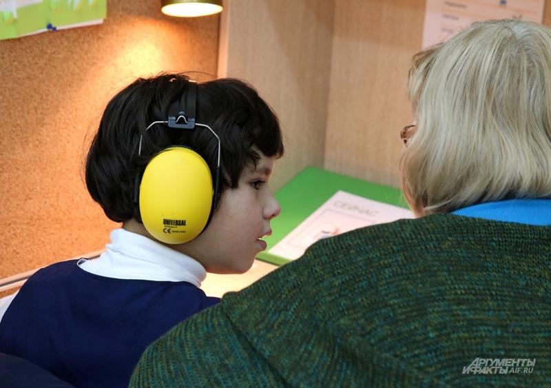 Наушники, которые пропускают звуки речи, но не пропускают шум, что очень важно для ребёнка с сенсорными нарушениями