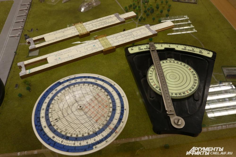 На современных самолётах все данные рассчитывает компьютер, но в Челябинске курсантах учат самостоятельной работе со штурманским снаряжением.