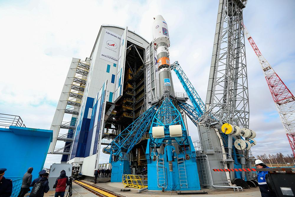 Предстартовый вывоз ракеты «Союз-2.1а» скосмическими аппаратами «Ломоносов», «Аист-2Д» иSamSat-218на стартовую площадку космодрома «Восточный».