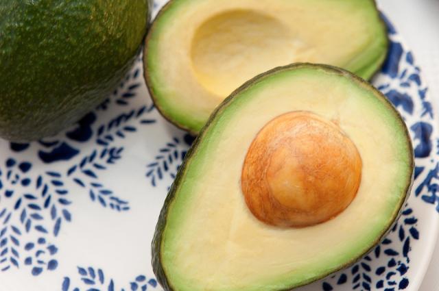 Полезный авокадо тоже способен подарить радость.