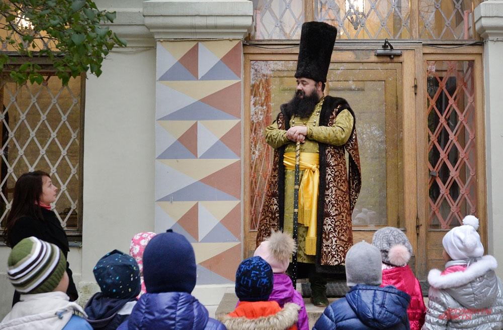 Боярин в «палатах» и с «ключницей» ругается, и спорит с детьми о границах Москвы, и даже поминает дела царские...
