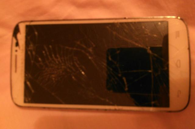 У пострадавшей девочки разбит телефон и порвана куртка.