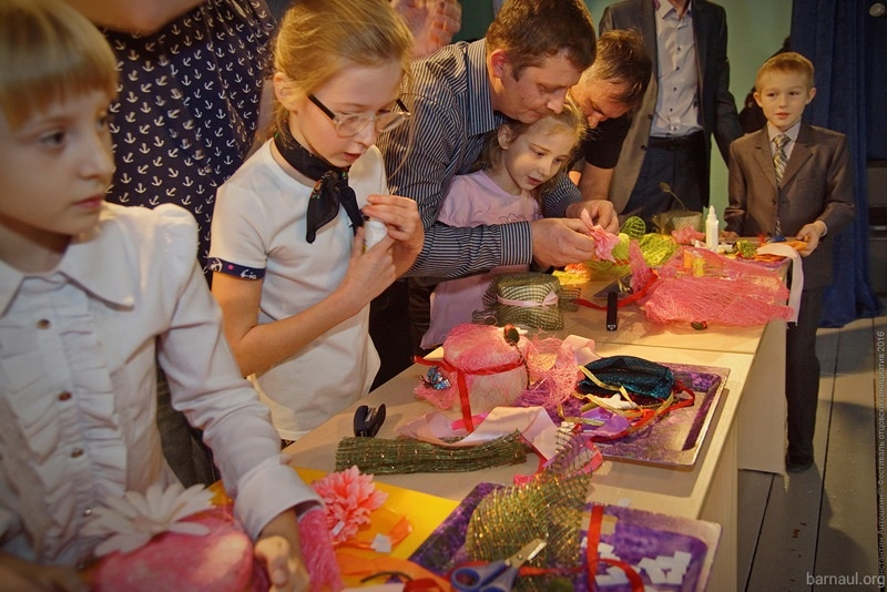 Дети помогали папам в конкурсах.