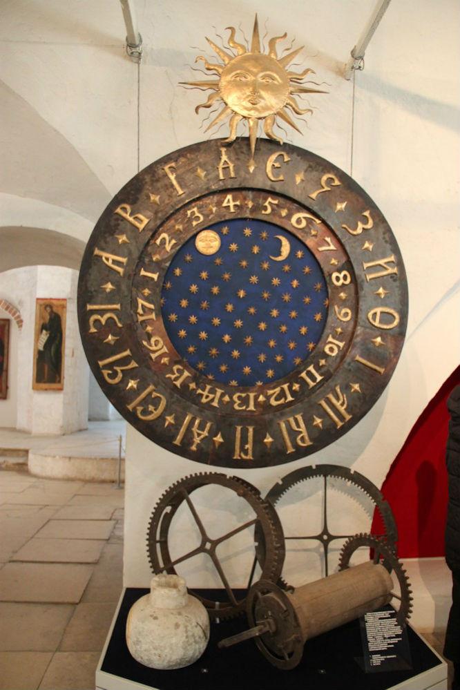 Реконструкция старинных русских часов в экспозиции музея-заповедника «Александровская слобода». Примерно так выглядели и симбирские часы.