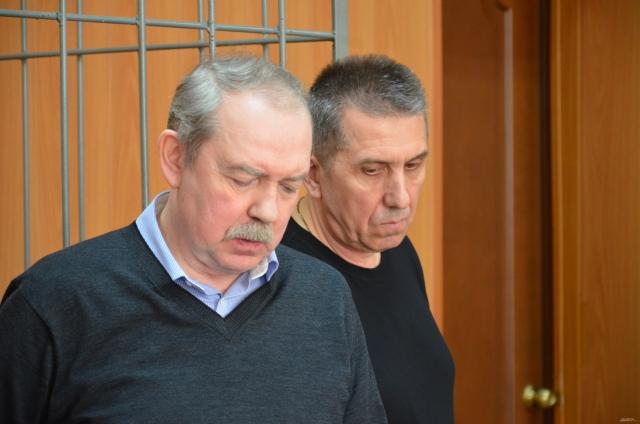 Геннадий Ящук (справа) пришел на приговор с собранной сумкой, готовый к отбытию наказания.