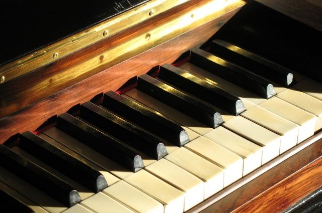 Дед был вторым наставником Георгию во время обучения игры на фортепиано.