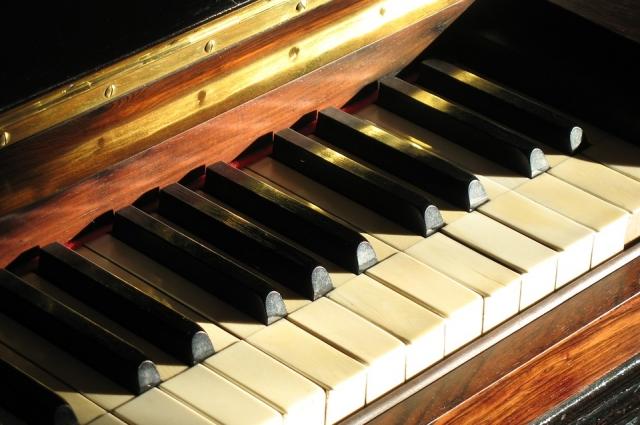 На пианино
