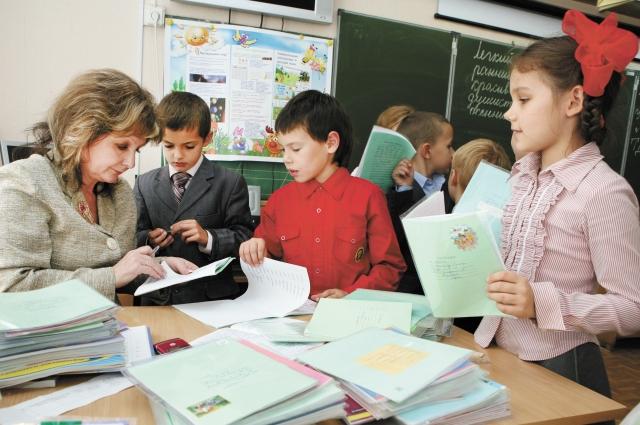 Учебники школьникам выдают бесплатно.