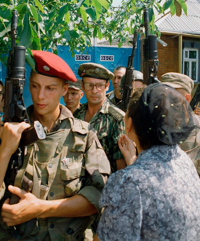Генерал Романов у миссии ОБСЕ в Чечне, июнь 1995 г.