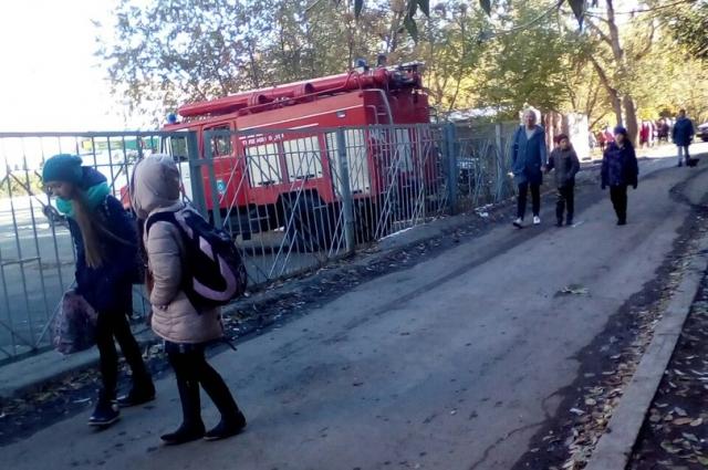 После эвакуации дети почему-то не отходят от школы на безопасное .