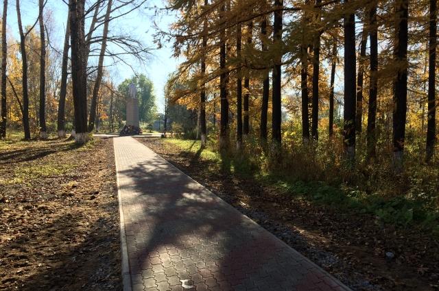 Теперь в парке сделаны дорожки и благоустроена сцена.