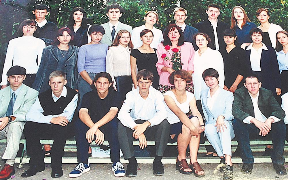 Школьное фото. Роман Филипов - второй слева в нижнем ряду. 11-й класс. В старших классах Роман учился только на «хорошо» и «отлично».