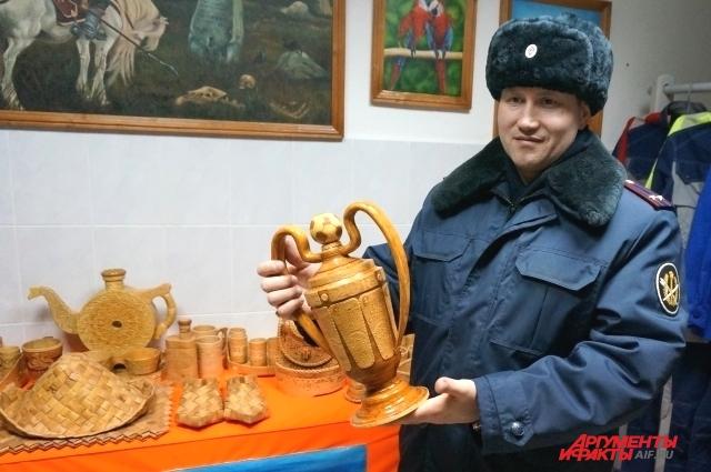 Заключённые сделали деревянный кубок российским футболистам.