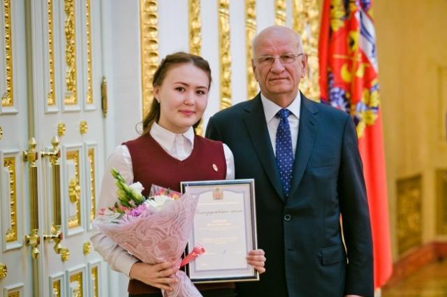 Призер олимпиады по башкирскому языку Ирина Агишева принимает награду из рук Губернатора Оренбуржья Юрия Берга.