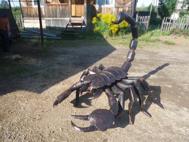В новой мастерской кузнец сначала смастерил мангал в виде скорпиона.