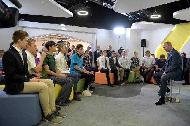 1 сентября Михаил Селюгин (четвёртый слева в первом ряду) вместе с другими победителями международных олимпиад встретился с Владимиром Путиным в образовательном центре «Сириус» (Сочи)