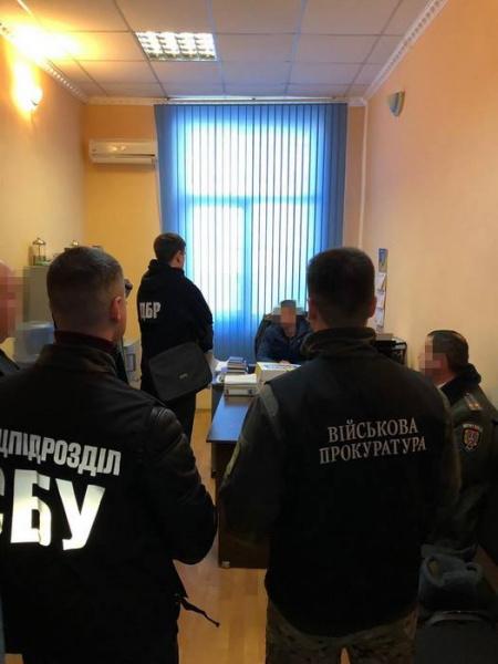 Служба безопасности провела обыски по месту жительства и работы подозреваемых.