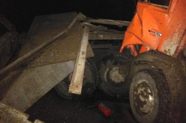 Водитель КамАЗа - в больнице, его пассажир - погиб.