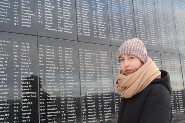 Анна Баракова приехала в Долину Славы из Нарьян-Мара, здесь погиб её прадед – красноармеец Павел Алексеевич ТЮСОВ. В списке он значится, мы нашли его фамилию, правда, она написана с ошибкой – ТЮСЬКОВ П. А.