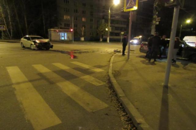 Две машины не поделили дорогу.