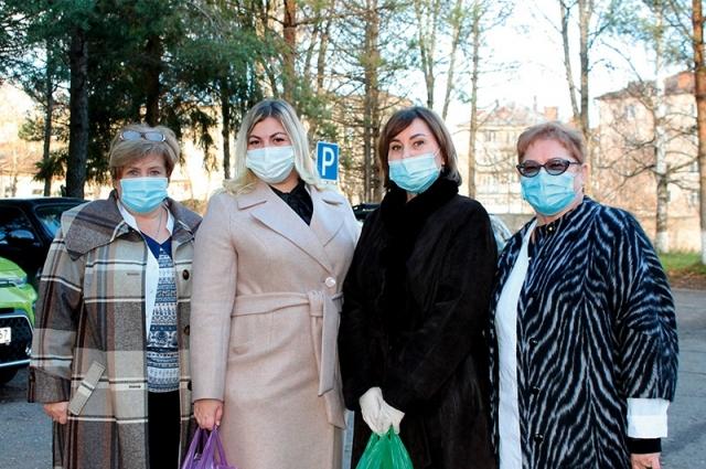 Ольга Васильева (вторая справа) вручила медикам продуктовые наборы.