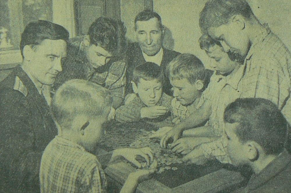 Школьники сдают клад в милицию. 1964 г.