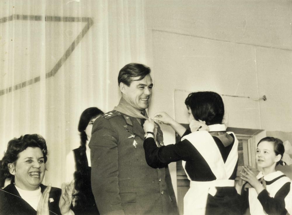 В. Лазарев (в центре) во время визита в Свердловск. ЦДООСО.