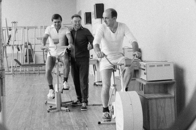 Члены экипажа космического корабля Союз Т-14 Александр Волков, Георгий Гречко и Владимир Васютин (слева направо) на тренировке в Центре подготовки космонавтов имени Ю. Гагарина