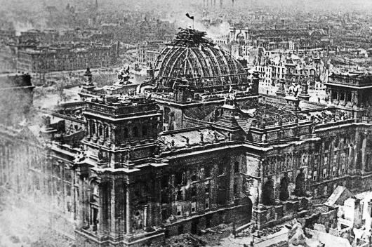 Знамя Победы над Рейхстагом. Берлин 1 мая 1945 года