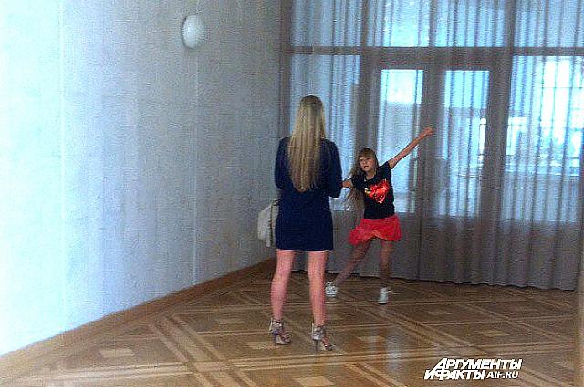 Мамы репетируют в холле вместе с детьми.