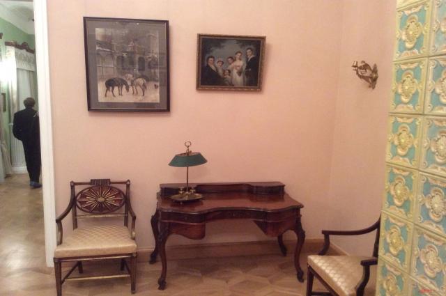 Письменный стол и лампа поэта