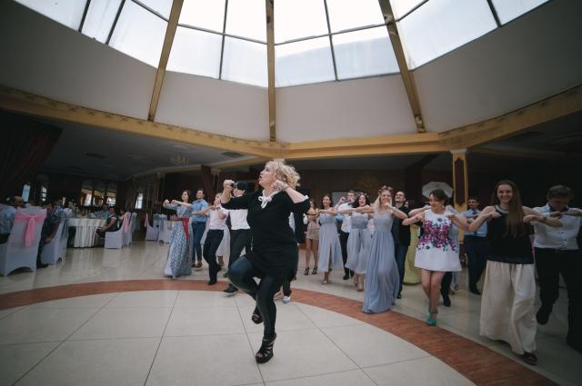 Флешмоб во время свадебного банкета. Фото: из личного архива Евгении Важничей