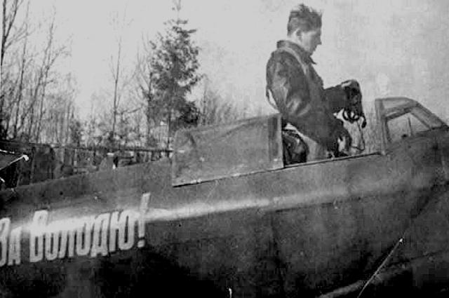 Василий Сталин в кабине Як-9 с надписью «За Володю!» (погибшего Владимира Микояна), 1940-е годы.