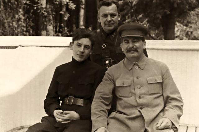 Василий, начальник охраны Н. С. Власик и И. В. Сталин на ближней даче