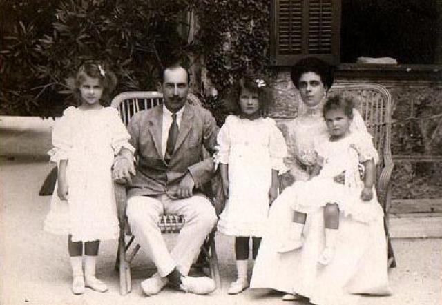 Николай, Елена и три их дочери, 1908.