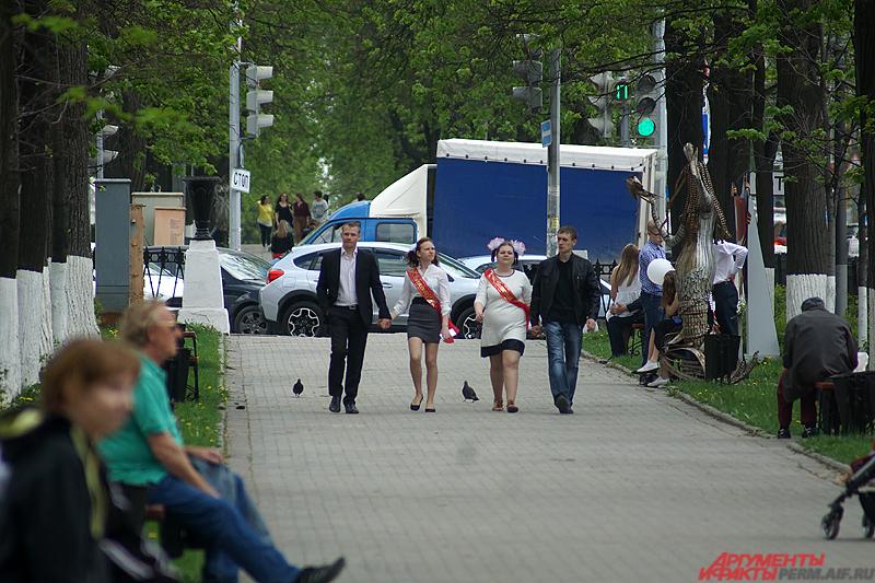 Большинство выпускников отправилось гулять по популярным местам в городе.