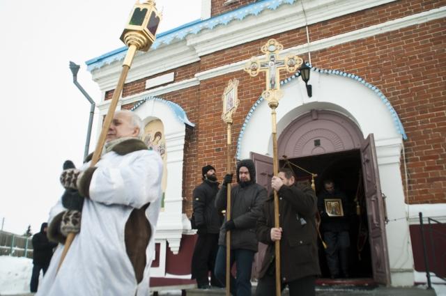 После службы православные идут крестным ходом до иордани.