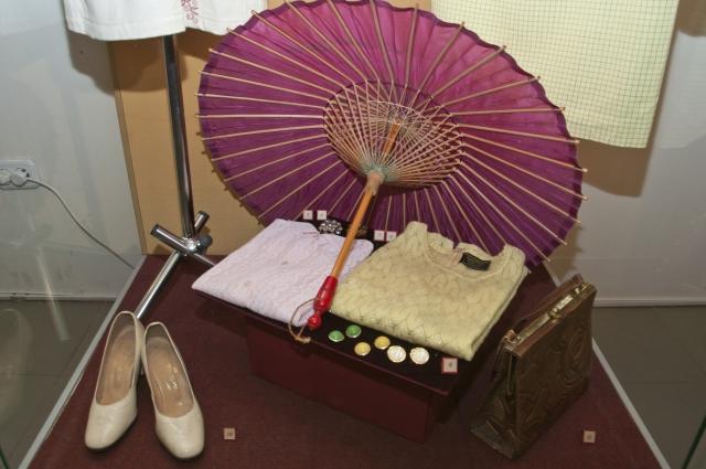 Омички ходили летом с китайскими зонтиками от солнца.